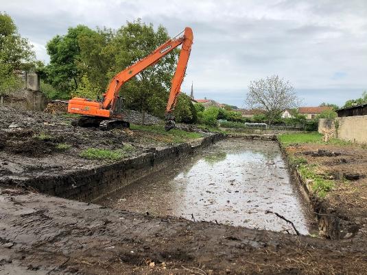 curage fossee Curage d'un fossé et remise en état d'un terrain